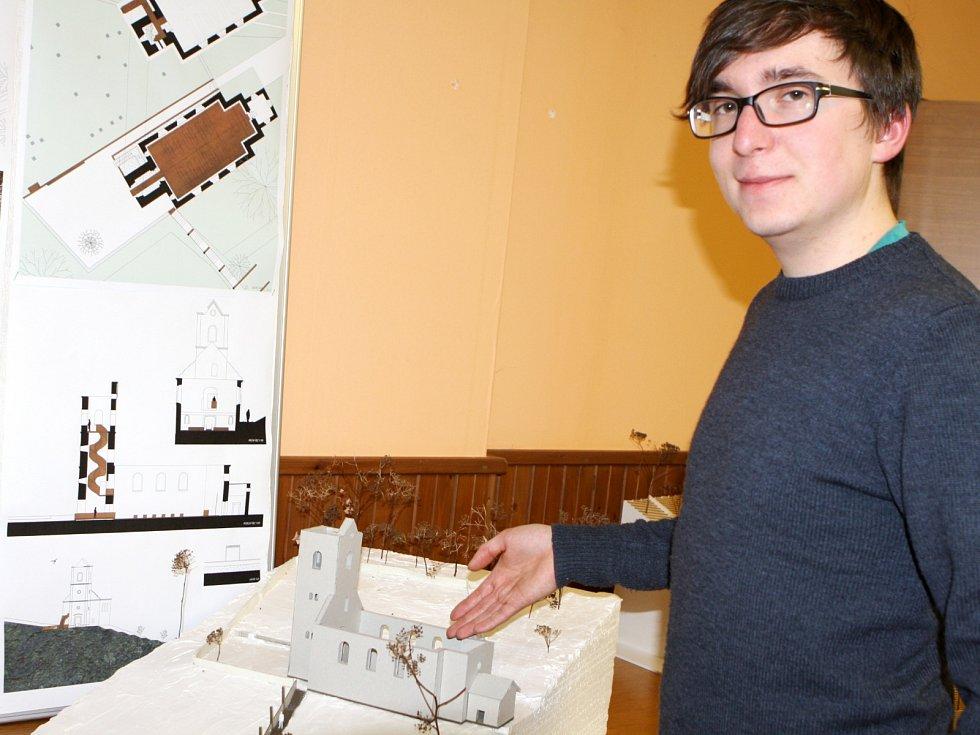 Student Fakulty umění a architektury Technické univerzity v Liberci Daniel Hakulín s vítězným návrhem obnovy prostoru evangelického kostela v Rudníku Bolkově.