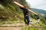 Jak se staví lávka vysoko v horách