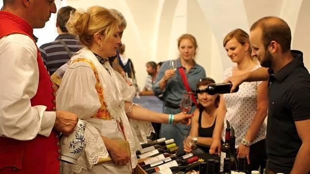 VÍNO MORAVSKÉ, ČESKÉ I PORTUGALSKÉ chutnali návštěvníci Trutnovských vinařských slavností.