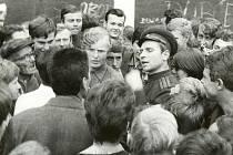 ZOUFALÁ SNAHA obyvatel přesvědčit zahraniční vojáky o zbytečnosti okupace v ulicích Trutnova.