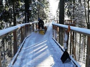 KROMĚ ŠTĚDRÉHO DNE je Stezka korunami stromů otevřená po celý rok. Její údržba probíhá každé ráno.