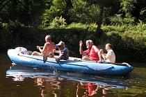 Turnovští rodáci sjeli na raftu tok Jizery od Malé Skály až ke známému letovisku U Zrcadlové kozy v Dolánkách.