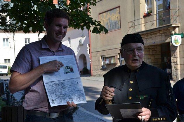 Václav Jirásek vuniformě během křtu grafických listů sbáňskou dokumentací.