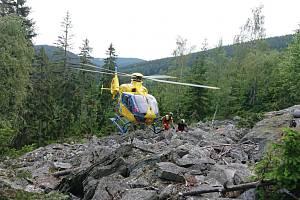 V Krkonoších se zřítil horolezec. Letěl pro něj vrtulník.