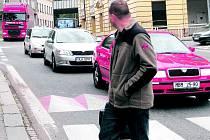 Komplikovanou situaci musí skousnout nejen řidiči na hlavních silničních tazích v Trutnově, ale také chodci na přechodech a obyvatelé, kteří bydlí kolem frekventovaných silnic.