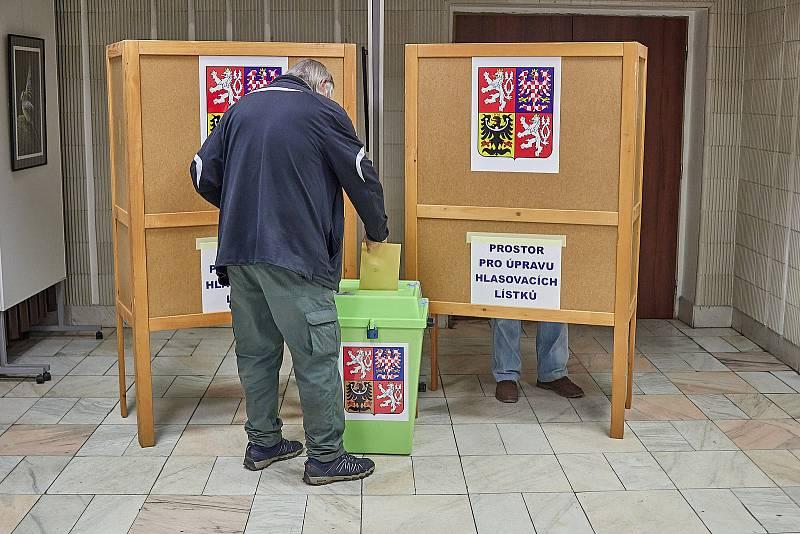 První voliči přišli na Městský úřad v Trutnově hned v pátek ve 14 hodin. Na Trutnovsku volí lidé do kraje a Senátu.