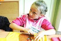 NA VLASTNÍ KŮŽI. Během Dne zdraví v ZŠ Lány  si mohli žáci vyzkoušet řadu dovedností. Například barvení triček.