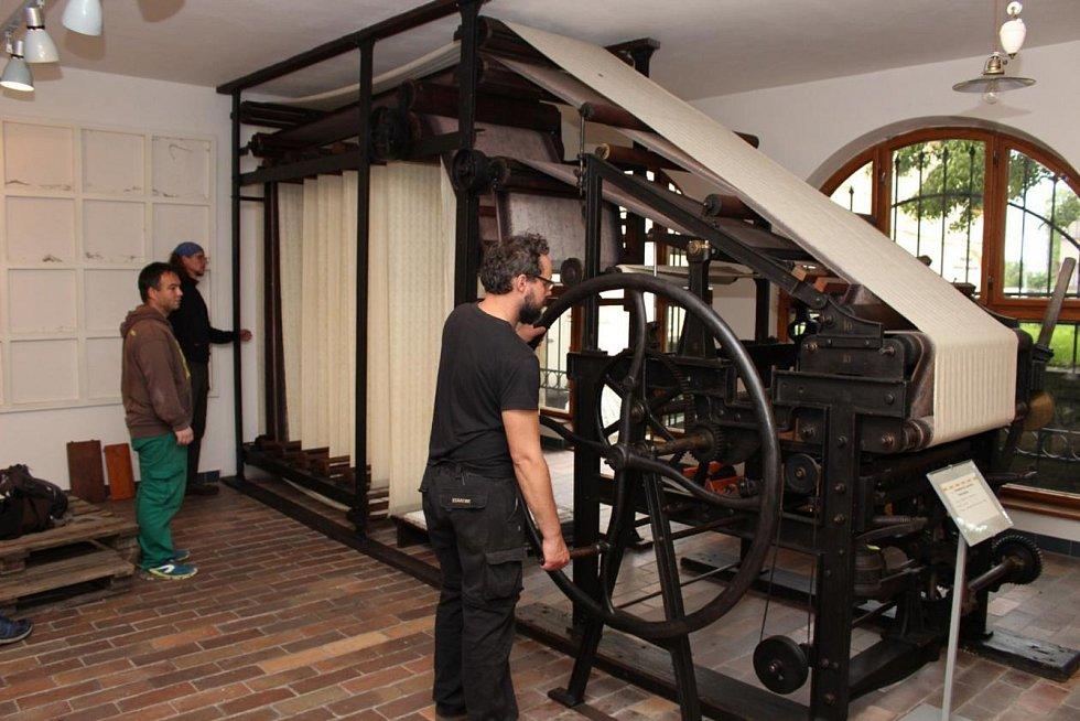 Stěhování textilních strojů do Dvora Králové.