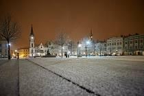 V Trutnově v noci na čtvrtek chumelilo, sníh pokryl i Krakonošovo náměstí.