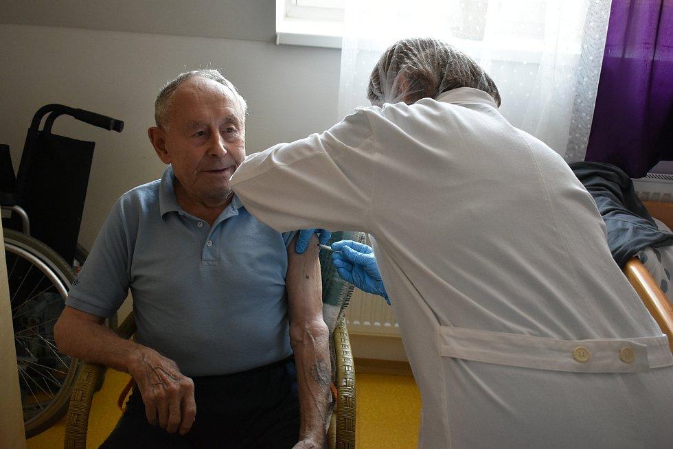 Očkování proti covidu-19 v Senior domě Beránek na náměstí v Úpici.
