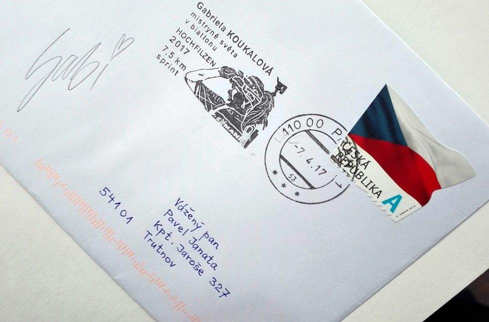 Pro podpis Gabriely Koukalové na obálku se speciálním strojovým razítkem z limitované edice z letošního roku s jejím vyobrazením, si zajel do Kunčic rovněž předseda trutnovského Klubu filatelistů Pavel Janata.