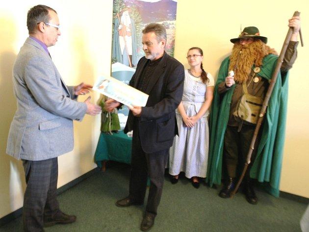 PŘEDSEDA SVAZKU obcí Východní Krkonoše Tomáš Hendrych symbolicky starostům pěti obcí předal výtěžek sbírky, přesahující tři čtvrtě milionu korun.