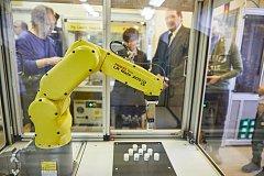 Průmyslovou revoluci na trutnovské průmyslovce podpořili společně kraj i soukromníci. Na robotizaci dali milion.
