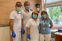 Primář ortopedického oddělení trutnovské nemocnice Aleš Chaloupka (vlevo) se svými kolegy lékaři Jaroslavem Kozlem, Adrianem Szorádem, vrchní sestrou Ilonou Braunovou a sestrou Petrou Streitovou.