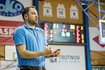 Pozitivní myšlení zdobí trenéra trutnovských basketbalistek Michala Martiška. Nějaké stížnosti na zlou dobu od něho neuslyšíte. Naopak si za každé situace váží práce své i hráček.