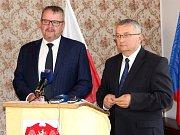Zatímco polská strana přivede dálnici k hranicím už v roce 2023, Češi budou pomalejší. Přáním ministra Dana Ťoka je maximálně tříletý skluz. Řekl to na pondělním jednání politických špiček ve Dvoře Králové nad Labem.