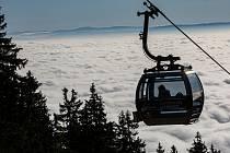 Lanovka na Černou horu v Krkonoších vyvezla turisty v neděli nad inverzi a mohli si tak užívat slunce.