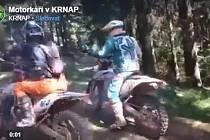 Jezdci na terénních motocyklech se nelegálně prohánějí na území Krkonošského národního parku.