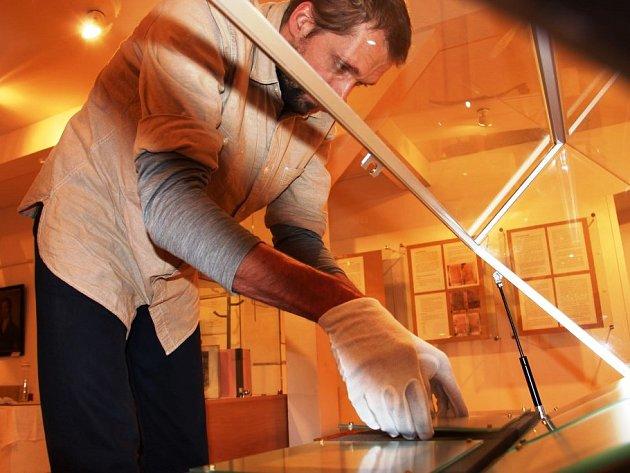 RESTAURÁTOR Karel Křenek za přísných bezpečnostních opatření instaloval originál Rukopisu královédvorského.