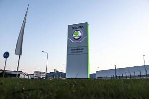 Automobilka Škoda Auto v pondělí 18. října zastavila výrobu v továrně ve Vrchlabí.