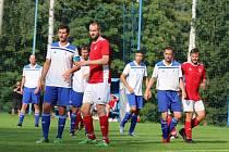 Fotbalistům Janských Lázní (v bílém) se vstup do sezony nevydařil.