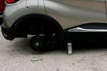 Automobil bez kol a pneumatik. Ilustrační foto.