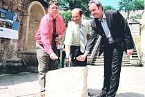 SLAVNOSTNÍ POKLEPÁNÍ na základní kámen stavby si ve středu nenechal ujít hejtman Královéhradeckého kraje Lubomír Franc (vlevo), který na místě opět potvrdil Kuks podporu.