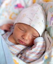 MIKULÁŠ se narodil rodičům Martinovi a Elišce Petrákovým 5. prosince v Jilemnici. Vážil 3, 795 kg a měřil 52 cm. Rodina bydlí v Košťálově.
