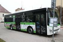 Lidé ve Dvoře Králové jezdí v MHD novým autobusem.