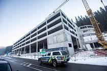 Kvůli přetížené dopravě staví Pec pod Sněžkou na příjezdu do horského střediska velký parkovací dům. Umožní parkování 457 vozidlům. Hotový má být ve druhé polovině letošního roku.
