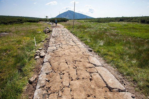 Do opravy 27 úseků lesních cest a turistických chodníků v celkové délce 30,5 km se letos pustí Správa Krkonošského národního parku.