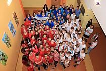 Žáci i učitelé v Mladých Bukách přišli oblečení v národních barvách.