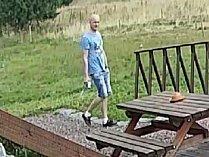 Zloděj využil nepozornosti turisty a ukradl foťák.