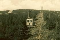 Lanovka z Janských Lázní na Černou horu vozí turisty už 90 let. První rok provozu v roce 1928 zachytila fotografie z archivu Informačního centra Veselý výlet.