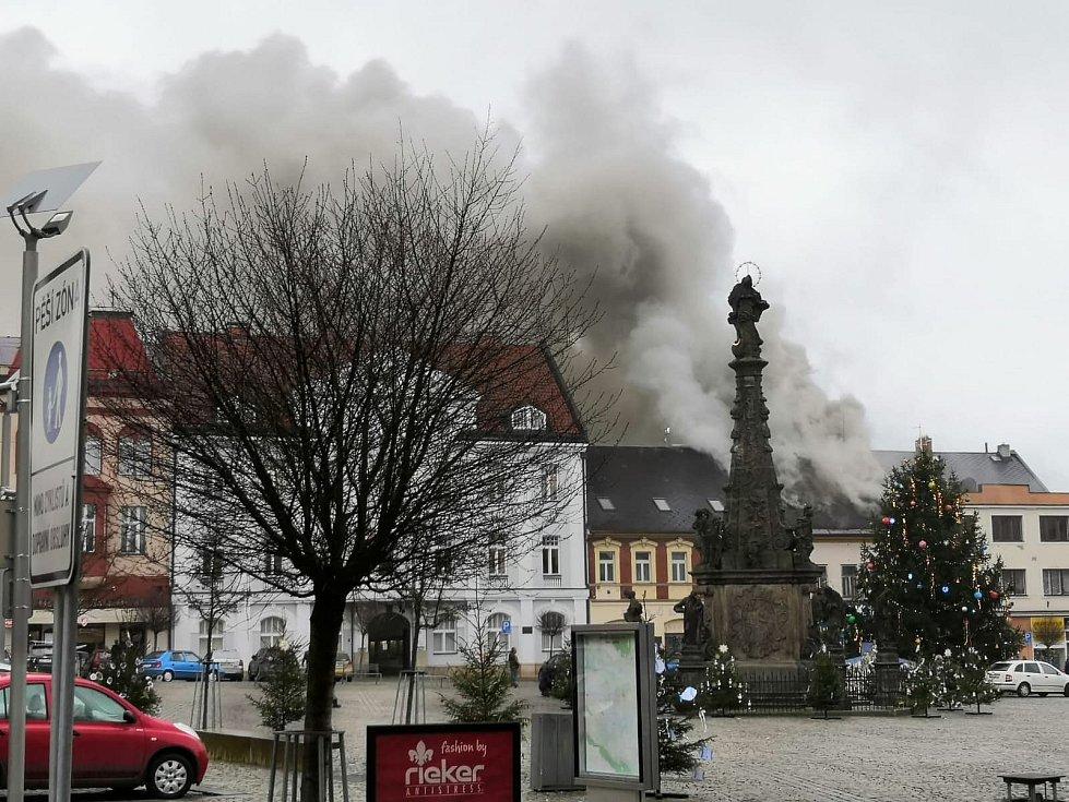 Na náměstí TGM ve Dvoře Králové nad Labem hoří dům, na místě zasahuje devět jednotek hasičů.