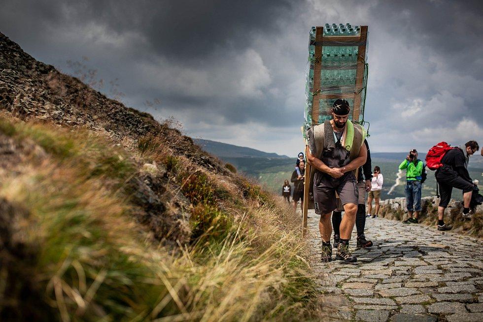 Majitel posilovny ve Vrchlabí Štěpán Domorád překonal rekord. Ze Slezkého domu na Sněžku vynesl 170 kilogramů.