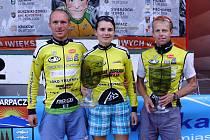 ÚSPĚŠNÁ TROJICE trutnovských závodníků (zleva) Miroslav Kadlec, Petra Tlamková a Petr Holub měla důvod ke spokojenosti.