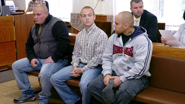 VÝTRŽNÍCI PŘED SOUDEM. Zleva Lukáš Divíšek, Petr Mikolajczyk a Petr Myšák. Všichni dostali tresty odnětí svobody nepodmíněně.