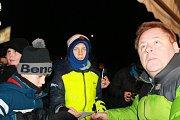 Herec Václav Kopta při autogramiádě k promítání filmové pohádky Čertí brko v lyžařském areálu Svatý Petr ve Špindlerově Mlýně přímo pod sjezdovkou.