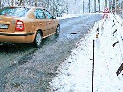 DÍRY I CHATRNÉ KRAJNICE nad prudkým srázem. Na silnici od Stachelbergu do Žacléře v nepřeberném množství.