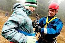 SE ZÁCHRANOU mladých figurantů, studentů trutnovského gymnázia, pomáhali na Černé hoře také členové lezeckého družstva profesionálních hasičů z polské Swidnice.