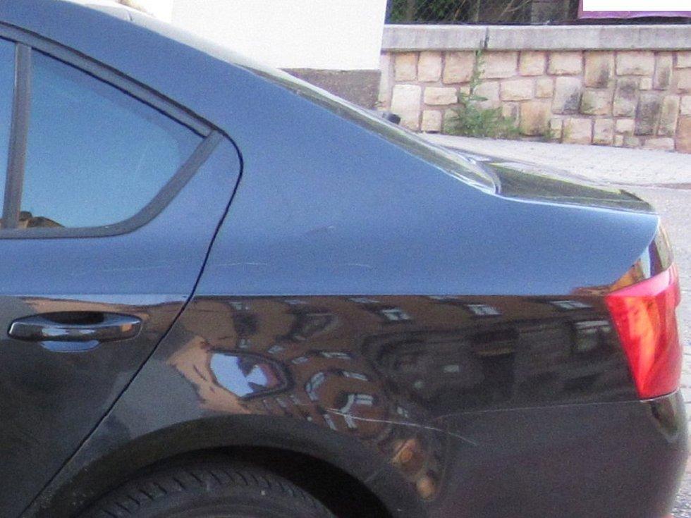 Někdo poškrábal auto, policie hledá hledá svědky.