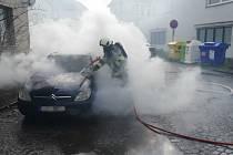 Požár osobního automobilu ve Dvoře Králové nad Labem.