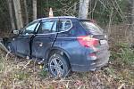 BMW narazilo do stromu.  Řidič byl opilý.