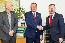 Nový ředitel Krkonošského národního parku Robin Böhnisch (na snímku uprostřed při uvedení do funkce ministrem Richardem Brabcem) oceňuje odbornost svých spolupracovníků.
