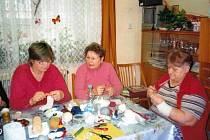 Pletení obvazů pro malomocné se i v České republice ujímají dobrovolnice. Na snímcích jsou pletařky z Vysokého Mýta.