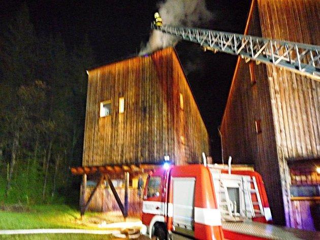 V Harrachově hořel dřevěný třípodlažní dům