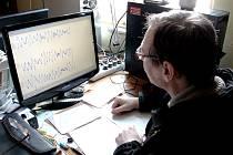 JAN KLIMEŠ na úpické hvězdárně obsluhuje seismograf, který zaznamenává otřesy.