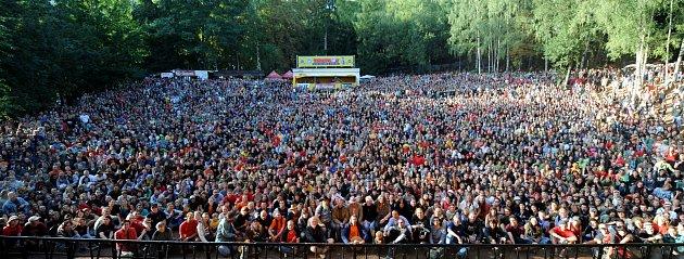 Pamětní snímek ztrutnovského Woodstocku, fanoušci sVáclavem Havlem.