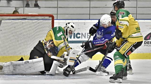 Ve 3. kole druhé ligy hokejisté Kolína porazili Dvůr Králové 4:2.